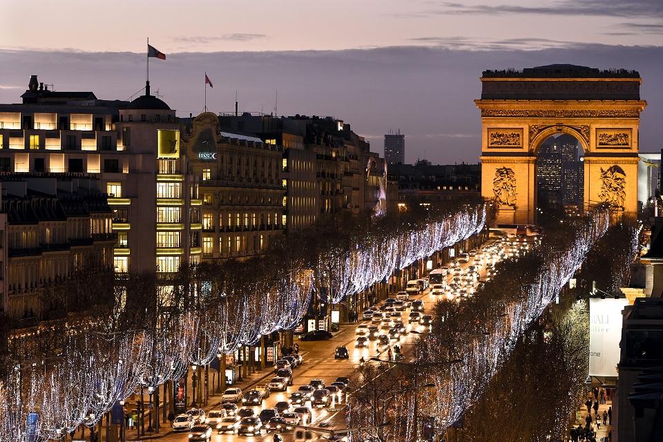 秋のフランスの見どころ シャンゼリゼ通りのライトアップ