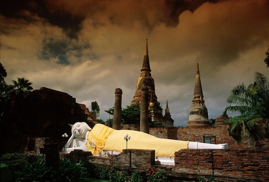 タイの涅槃像ワット・ヤイ・チャイ・モン