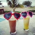 【zaki_mcy さん】 ふたりでお揃いのサングラス...❤ 海外だからいいよね?笑 現地の人たちも笑うよね。笑 #バリ#はじめて#バリ島#旅#旅行#女子旅#海辺#サングラス#お揃い#海外#許して#ハート#お水ありがと #タビジョ#beachside#mixjuice#pineapplejuice#sunglasses#traveler#trip#travel#vacation#BALI#indonesia