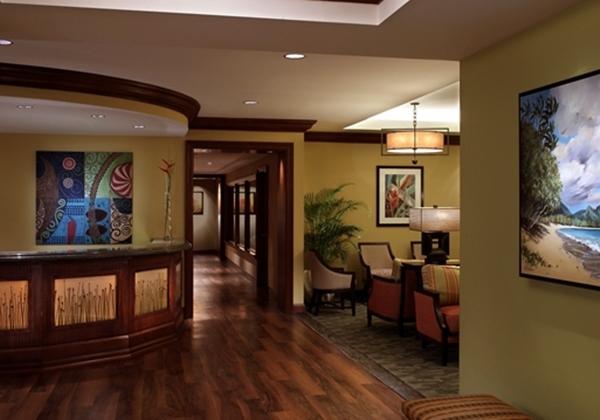 2位:Grand Waikikian Suites By Hilton Grand Vacations(グランド ワイキキアン スイーツ バイ ヒルトン グランドバケーションズ) 「ヒルトン ハワイアン ビレッジ」の敷地内にある、コンドミニアムタイプのタワーが、「グランド ワイキキアン」です。風格あるホテルの雰囲気とサービス、コンドミニアムの快適性と利便性を兼ね備えています。 小さなお子様連れに嬉しいポイントが、お部屋に乾燥機付き洗濯機があること。お子様がいるとどうしても洗濯物が増えるもの。汗をかいた洋服や、汚れてしまった衣服を洗濯できるので大変便利です。滞在中に洗濯できるので旅行荷物も少なくてすみます。 その他、コンドミニアムならではのキッチンがあり、調理できるので食材だけ調達して、お部屋で食事ができるのも嬉しいポイント。 「ヒルトン ハワイアン ビレッジ」にはレストランや多種多様なプールがあり、ビーチも目の前。ホテル内で完結できるのも嬉しいですね。 参考価格(1泊1室):81,300円(大人2名+子供<幼児>1名/1ベッドルーム シティビュー・1キングスイート ソファーベッド付) ホテルグレード:★★★★☆ 立地:★★★★☆ バスタブ:△