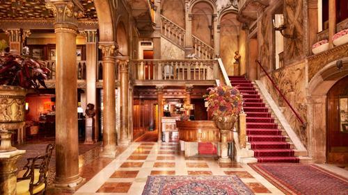 10位イタリア】ホテル ダニエリ<映画の舞台にもなった水の都ベネチアの高級ホテル> サンマルコ広場近くに位置するエレガントで伝統と格式ある5ツ星ホテル。ヴェネツィアで最も豪華なホテルの1つです。 ホテルにはパノラマの美しい景色を眺められるレストラン、バー、会議室があります。ホテル前には専用の船着き場があり、水上タクシーが横付けできます。お部屋のバスルームは大理石で、優雅なバスタイムを演出します。  【お客様の声】「憧れのホテルです!ベネチアに行ったら仮面舞踏会に参加してみたいなぁ…(^^)」