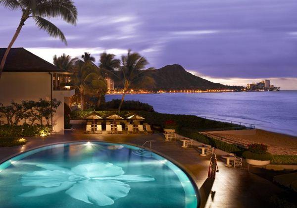2位:ハレクラニ(ハレクラニ) 世界のベストリゾートにも選ばれたラグジュアリーホテル。ハワイ語で「天国にふさわしい家」という意味の名前通り、極上の滞在をお約束します。ホテルの内装はオフホワイトを基調とし、全室広々したラナイ(バルコニー)がついています。 免税店までは徒歩約5分、オンザビーチのホテルなので、ホテルの目の前は海です。抜群の立地ですが、ワイキキの大通りから少し入った場所にあるので、とても静かで落ち着いた滞在がお楽しみ頂けます。 お子様には無料でベビーカーの貸し出しがあります(在庫状況による)。小さなお子様と一緒だと、必然的にパパとママはホテルにいる時間が長くなりますので、ホテルにいながらもリゾート気分を味わえる点でオススメです。ファミリーにも安心のサービスを提供してくれるのがハレクラニです。 夏休みとクリスマスシーズンには5~12歳のお子様を動物園や水族館へご案内する「ケイキ・ラニ・クラブ」というキッズクラブがオープンします。 参考価格(1泊1室):95,300円(大人2名+子供<幼児>1名/オーシャンビュー<キングベッド又はツインベッド) ホテルグレード:★★★★★ 立地:★★★★★ バスタブ:○