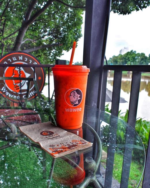 タイのピン川のカフェ