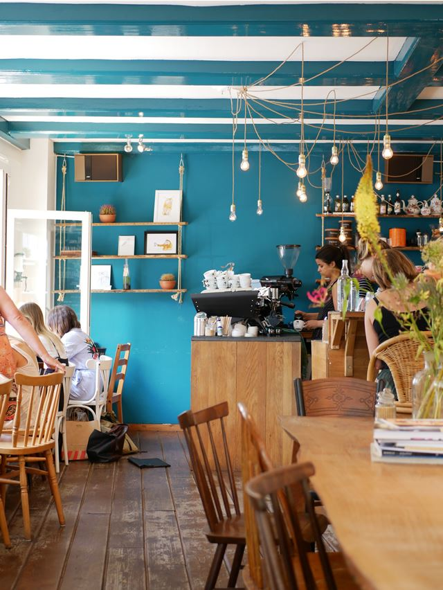 オランダ・アムステルダムのフォトジェニックなカフェ「Back to Black」